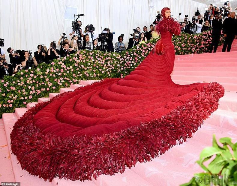 Реппер Карди Би (Cardi B) улаан хивсийг санагдуулам урт даашинзтай хүрэлцэн иржээ