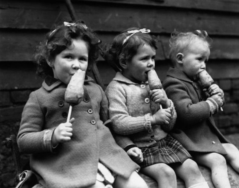 Модон иштэй лууван идэж буй хүүхдүүд