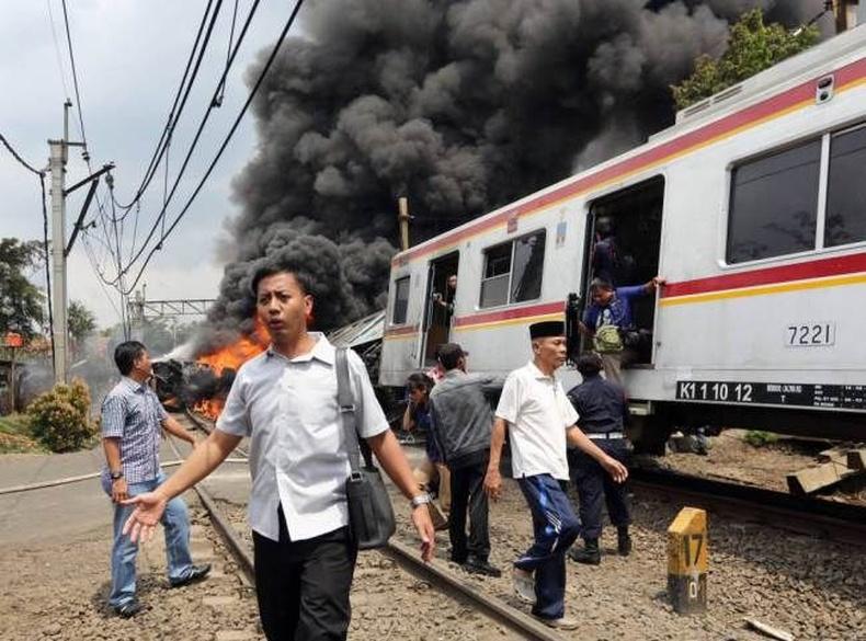 Зорчигчдын галт тэрэг бензин ачсан машинтай мөргөлджээ