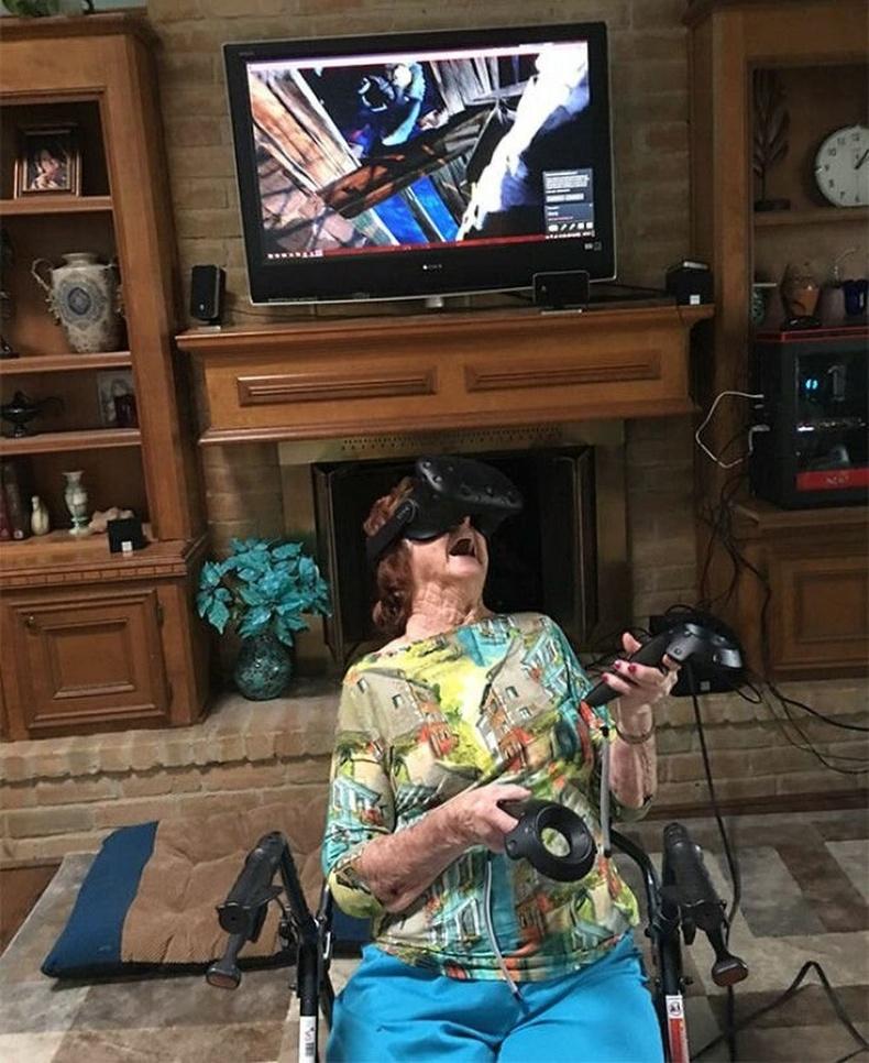 96 насандаа анх удаа VR тоглож үзсэн эмээ