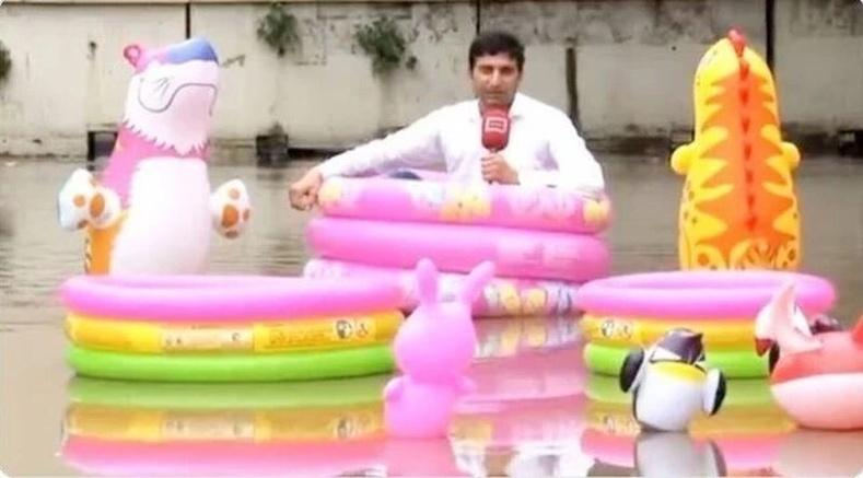 Үерт автсан замыг мэдээлж буй Пакистаны телевизийн нэвтрүүлэг