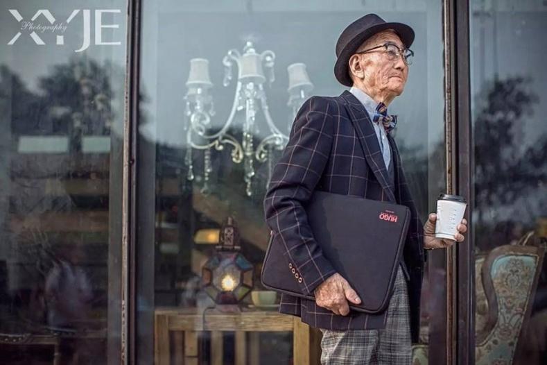 85 настай өвгөн олныг шуугиулж байна