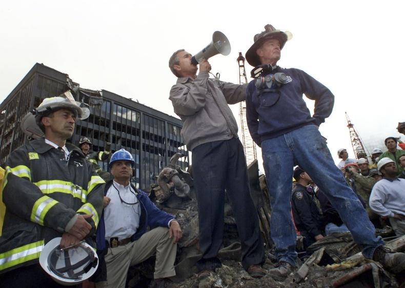 Ерөнхийлөгч Жорж Буш өөрийн биеэр гамшгийн бүст очиж, аврах багийнханд үг хэлж байгаа нь