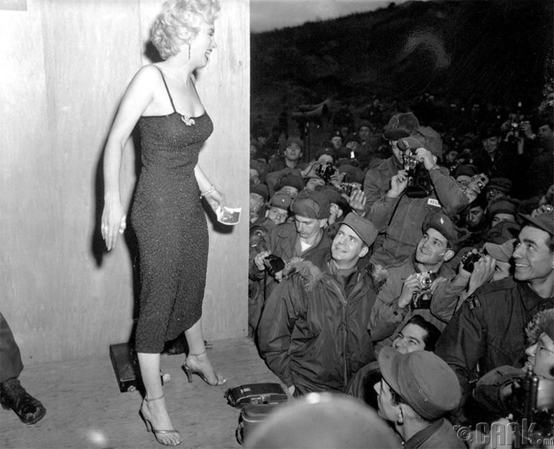 Алдарт Мерилин Монро Солонгосын хойгийн дайнд оролцож байгаа цэргүүдэд зориулсан тоглолтын үеэр - 1954 он