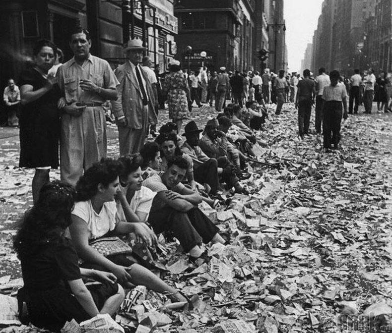 Дэлхийн 2-р дайны төгсгөлийг тэмдэглэж буй нь-1945 оны 8-р сарын 14-ний өдөр Япон бууж өгсөн мэдээг сонсоод Нью Йоркийн талбайд цугларсан хүмүүс