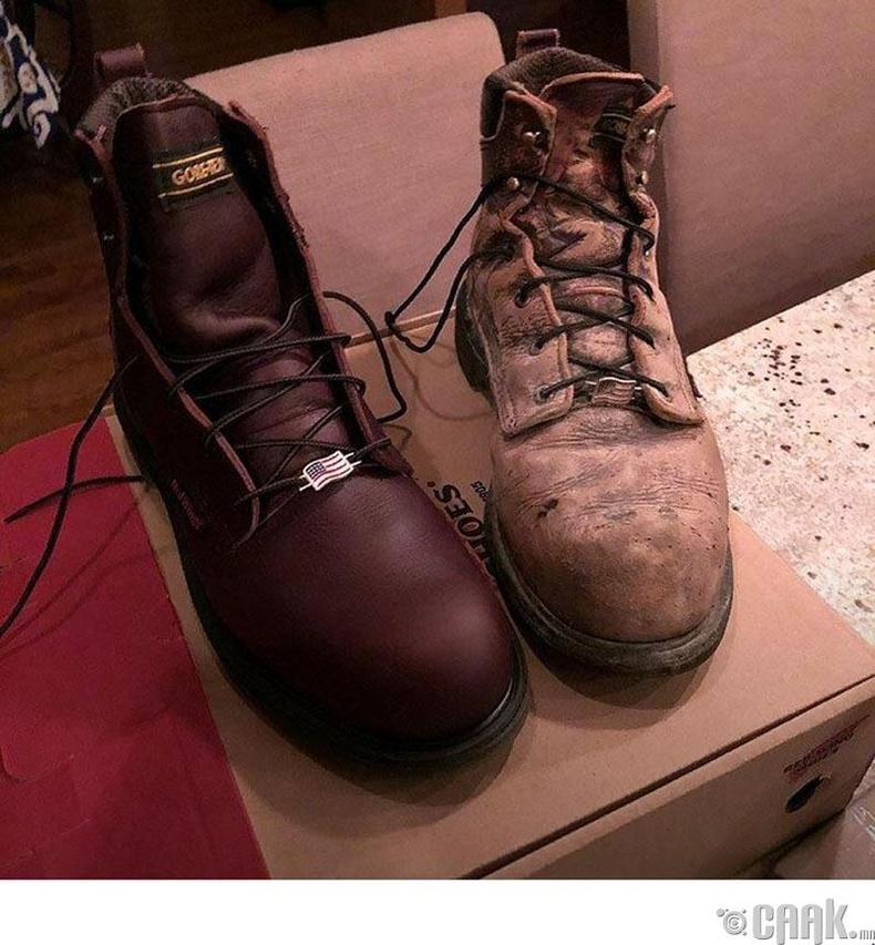 Яг ижилхэн хоёр гутал. Нэг нь дөнгөж худалдаж авсан, нөгөө нь 6000 цагийн ажилд өмссөн