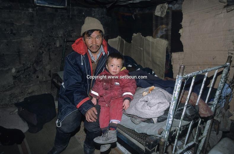 Траншейнд амьдардаг аав хүү хоёр, 2000-аад он (Мишель Сетбун)