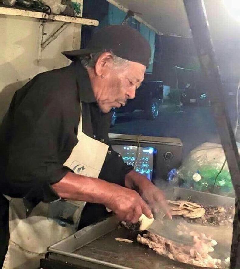 Морган Фримэн Мексикт очоод гудамжинд хоол зардаг болжээ