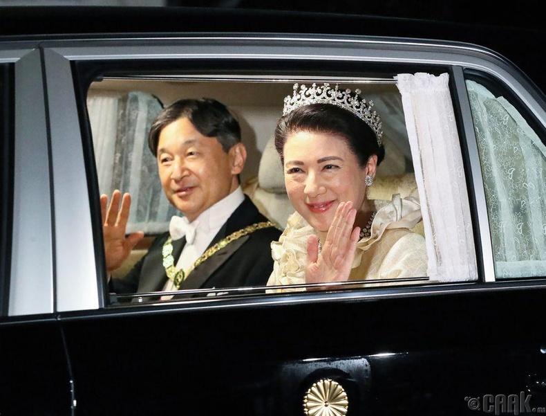 Эзэн хаан Нарухито болон хатан хаан Масако нар хүндэтгэлийн цэнгүүн рүү явж байгаа нь