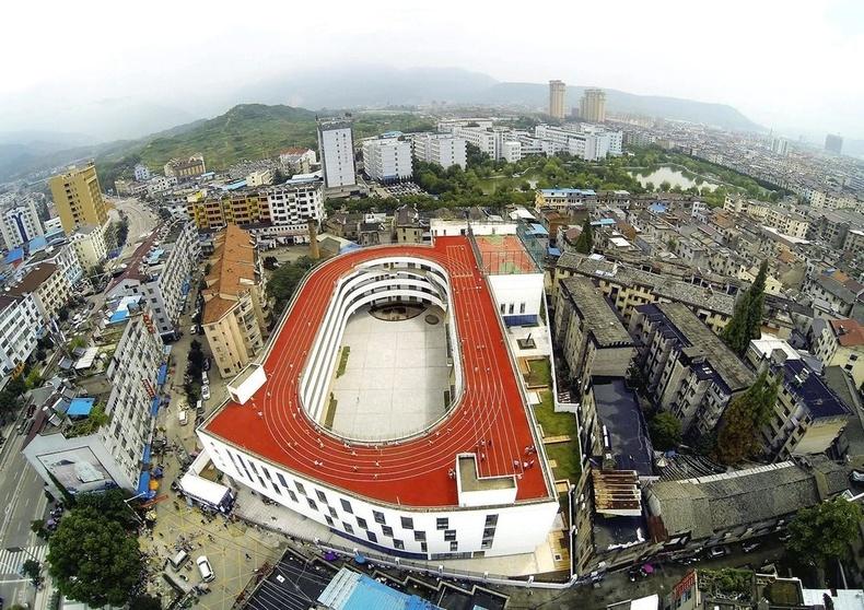 Архитекторууд орон зай хэмнэх үүднээс Хятадын Жэжян хотын бага сургуулийн дээвэр дээр тоглоомын талбай байгуулах шинэлэг санаа дэвшүүлжээ.