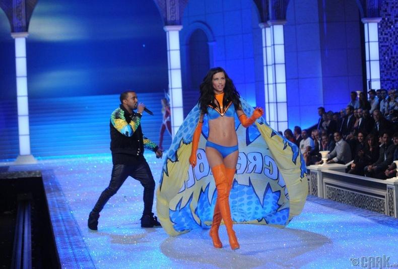 2011 онд  Victoria's Secret-ийн томоохон арга хэмжээ зохион байгуулагдаж, урилгаар Кани Уэст дуулжээ.