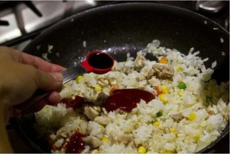 Петчуп болон буурцгийн цуугаа хийгээд сайтар холь. Дараа нь бэлэн болсон хольцоо хоолны тавган дээр авч хайруулын тавгаа цэвэрлэнэ