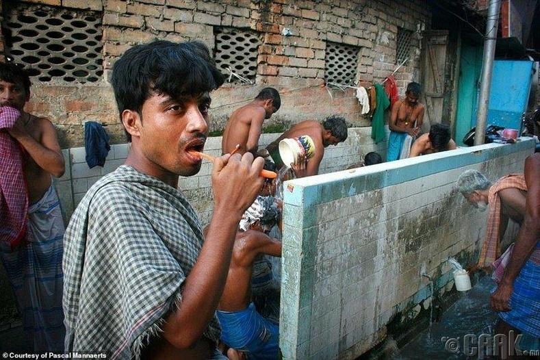 Энэтхэгийн Калькутта хотын иргэд өглөөний угаалга үйлдэж байна