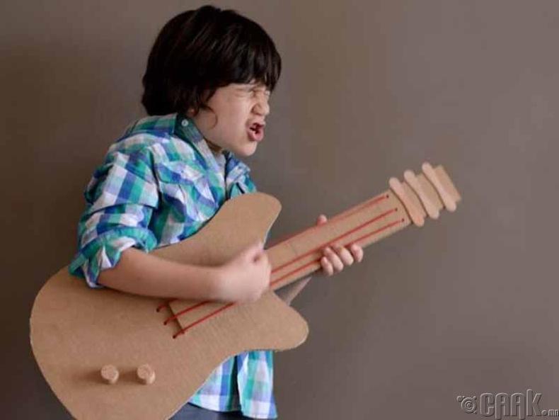 Картоноор хийсэн гитар