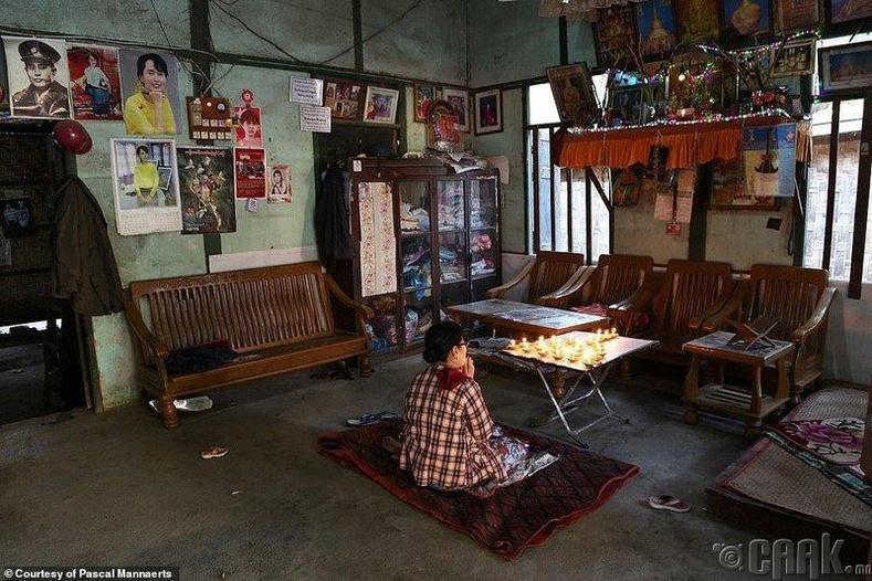 Өглөөний мөргөлөө хийж буй мьянмар эмэгтэй