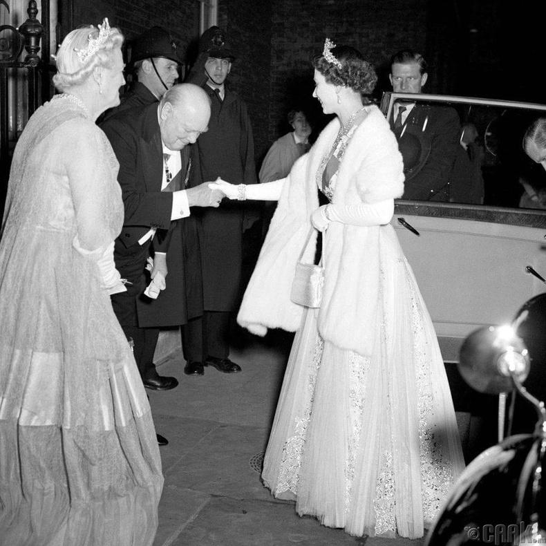 Хатан хаан II Элизабет, Ерөнхий сайд Уинстон Черчилль нар, 1955 он
