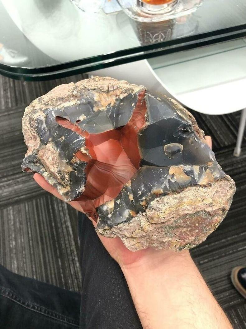 Хашаан дотроосоо олсон хачирхалтай чулуу нь улаан гартаам байсан аж
