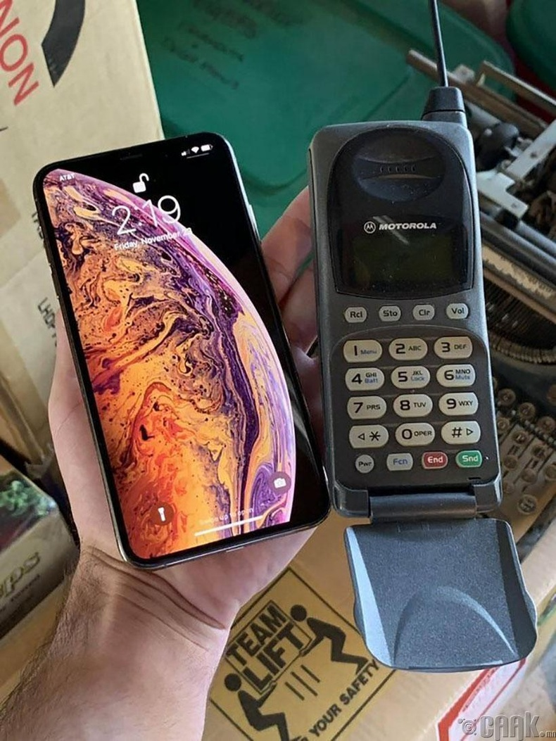 1998 онд барьж байсан утсаа одоогийн утастайгаа харьцуулжээ