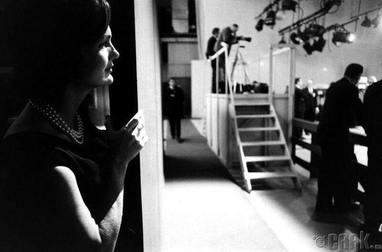 1960 оны телевизийн мэтгэлцээн-Жаклин Кеннеди нөхрийнхөө дэд ерөнхийлөгч Ричард Никсонтой хийсэн мэтгэлцээнийг хянаж байна