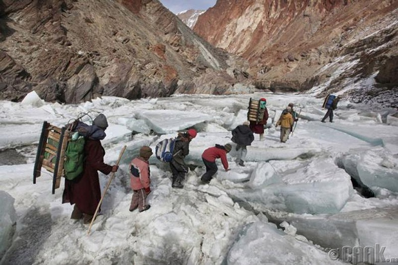 Энэтхэгийн нэгэн мужийн дотуур байранд амьдардаг хүүхдүүд Хималайн нуруугаар дамжин сургуульдаа явдаг байна