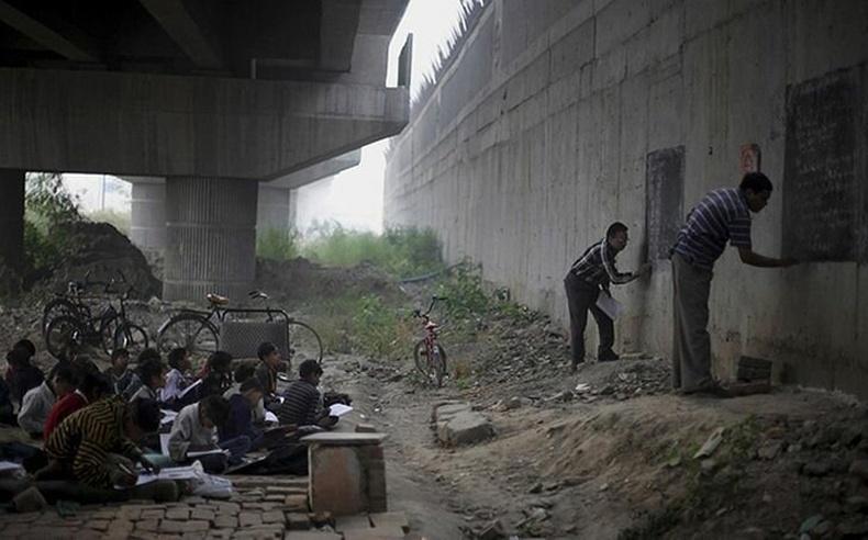 Энэтхэгийн ядуусын хорооллын хүүхдүүдэд сайн дураараа хичээл зааж буй 2 багш