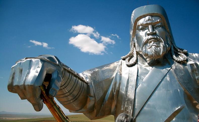 Гаднынхан Чингис хааны тухай ингэж бичжээ
