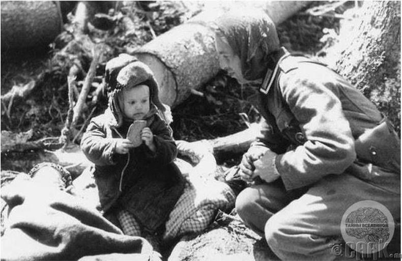 Герман цэргүүд өнчирсөн Орос хүүд талх өгч байна - 1942 он