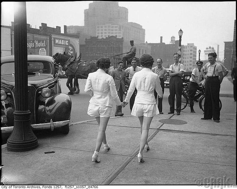 Торонтогийн гудамжаар шорттой алхаж буй бүсгүйчүүд - 1937 он