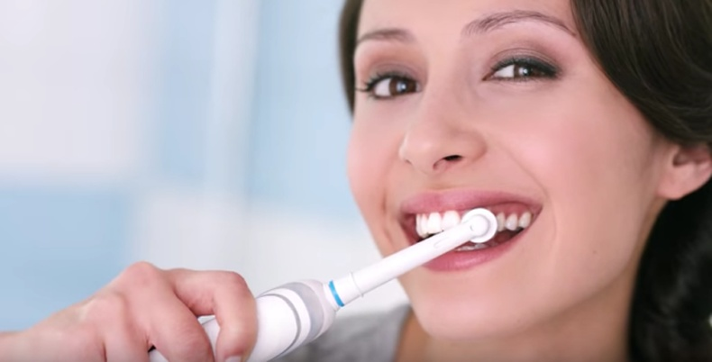 Инээмсэглэнгээ ямар ч оо хэрэглэхгүй шүдээ угаах нь тийм ч үр дүнтэй биш байх.