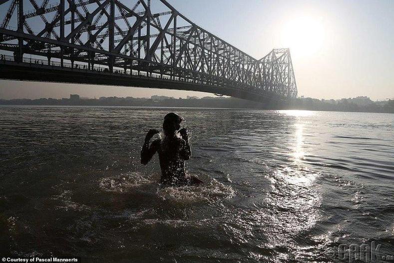 Голын усанд орж буй хүү, Энэтхэгийн Калькутта