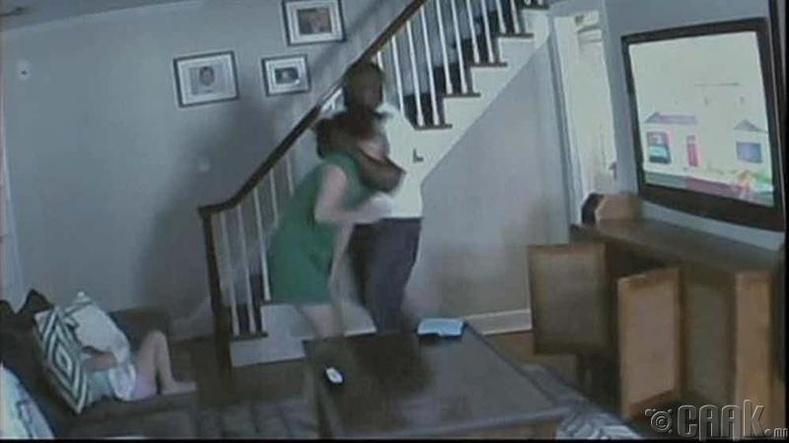 Залуухан ээжийг зодож буй залуу