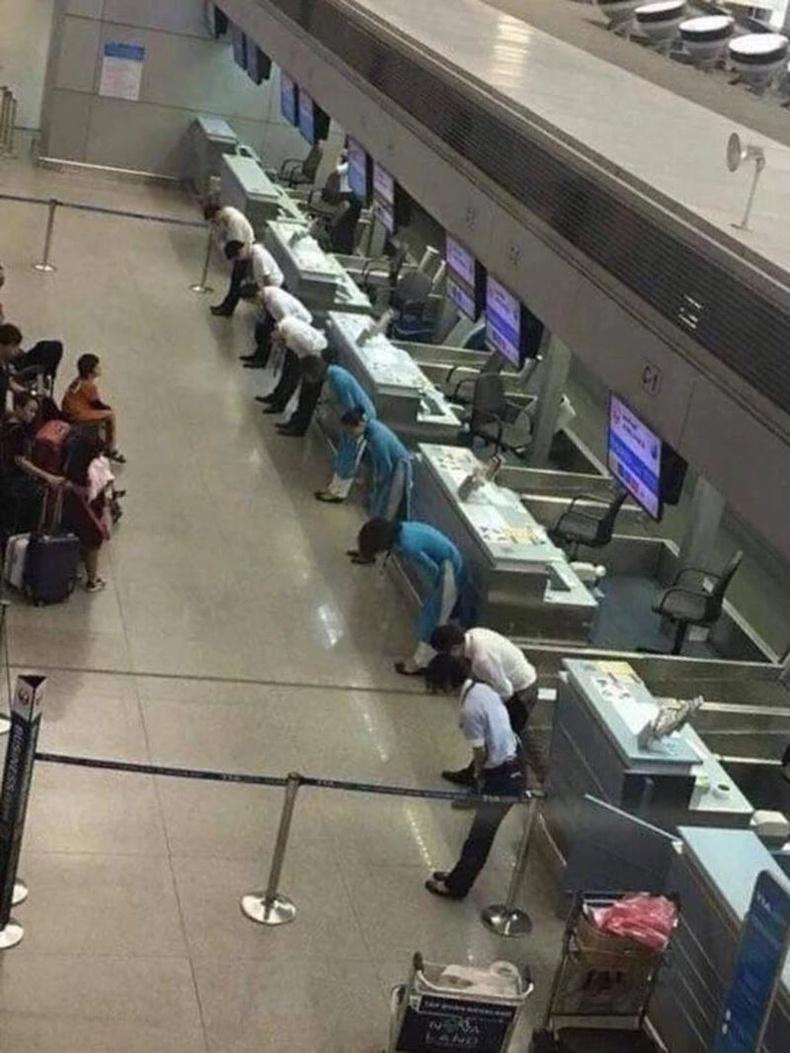 Онгоцны буудлын ажилтнууд цаг агаарын таагүй нөхцлөөс болж хойшлогдсон нислэгийн зорчигчдоос хүлцэл өчиж байгаа нь