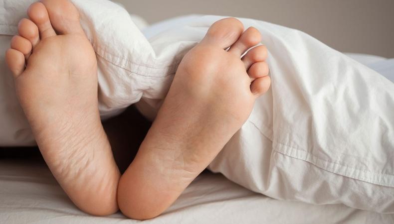Хөлөө ил гаргаж унтвал юу болох вэ?