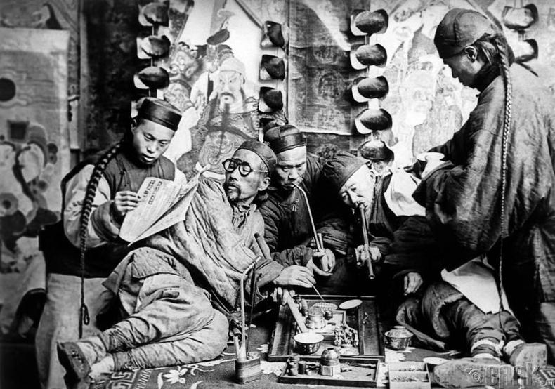 Хар тамхи татаж буй иргэд, 1901