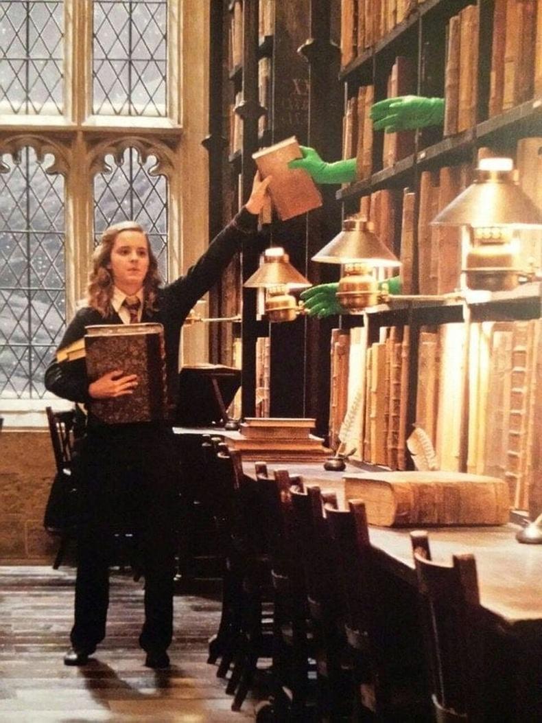 Харри Поттер кинонд Хермони номнуудыг удирдаж тавиурт буцаан тавьж буй үзэгдэл