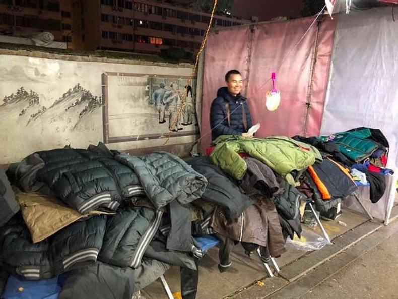 Шөнийн зах маш алдартай. Өдөртөө жирийн гудамж байснаа оройдоо түм түчигнэсэн газар болж хувирдаг.
