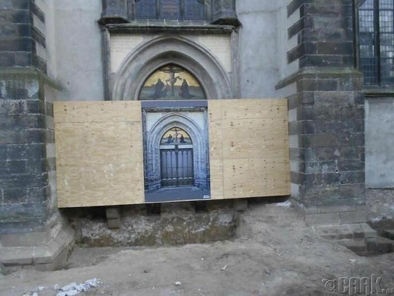 """Германы Виттенберг хот дахь Мартин Лютер христийн шашныг шинэчлэхэд хүргэсэн алдарт """"95 шаардлага""""-аа хадсан хаалга одоо ийм байдалтай байна"""