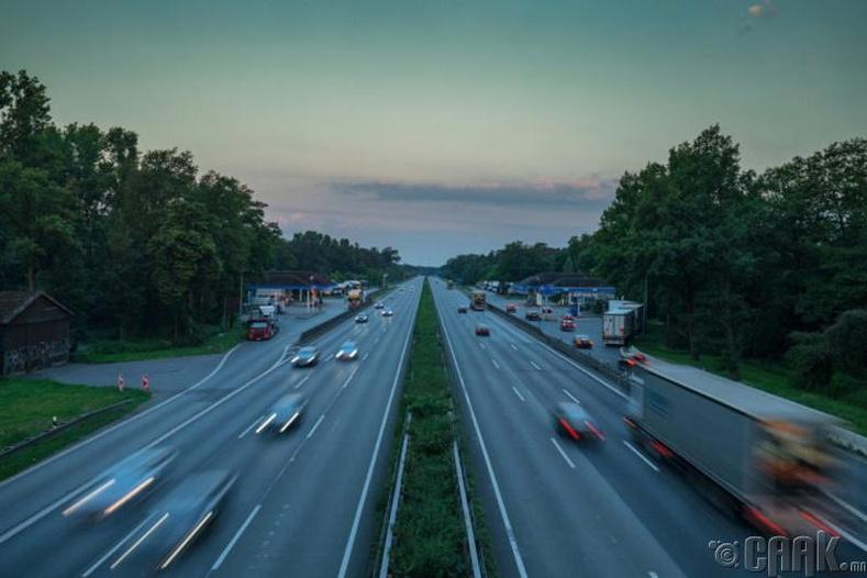 Германы хурдны зам дээр машины шатахуун дуусвал 34 долларын торгууль төлдөг