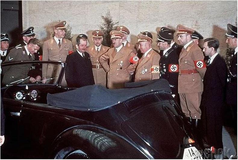 """Автомашин үйлдвэрлэгч Фердинанд Порше (энгийн хослолтой нь) Адольф Гитлерийн 50 насны ойгоор шинэ """"Volkswagen"""" бэлэглэж байгаа нь - 1939 он"""
