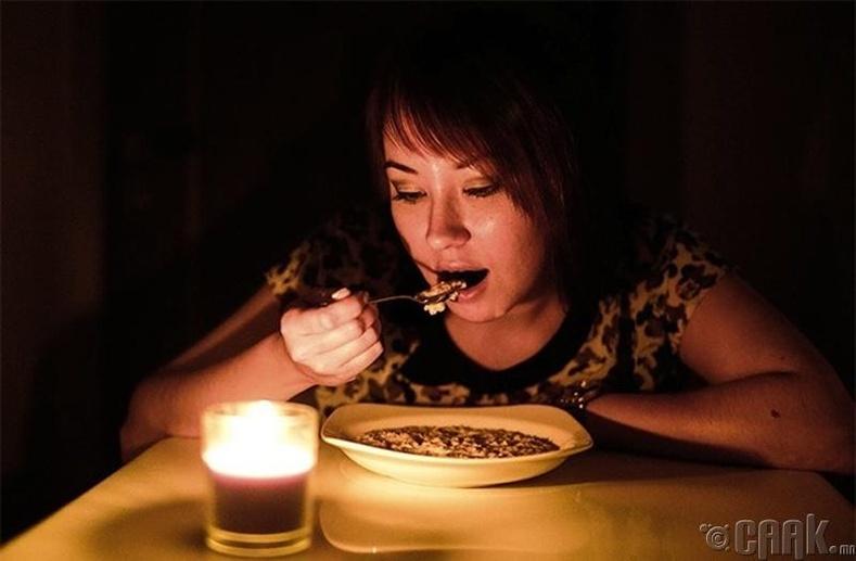 Лааны гэрэлд хоол идэх