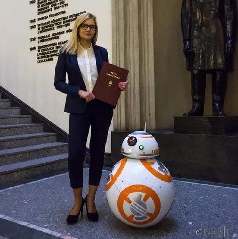 """Оддын дайн кинон дээр гардаг """"bb8"""" роботын жинхэнэ хувилбарыг хийсэн бүсгүй"""