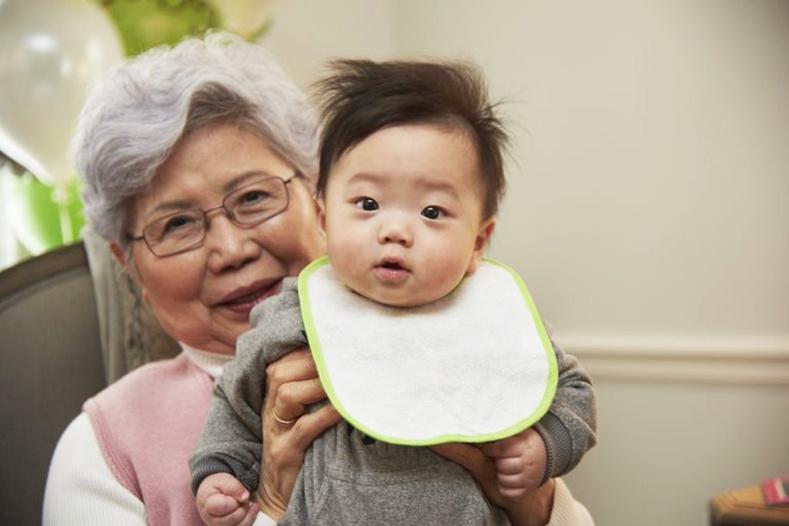 Эмээ, өвөөтэйгөө хамт өссөн хүүхдүүд өгөөмөр, тэвчээртэй нэгэн болж өсдөгийг эрдэмтэд баталжээ