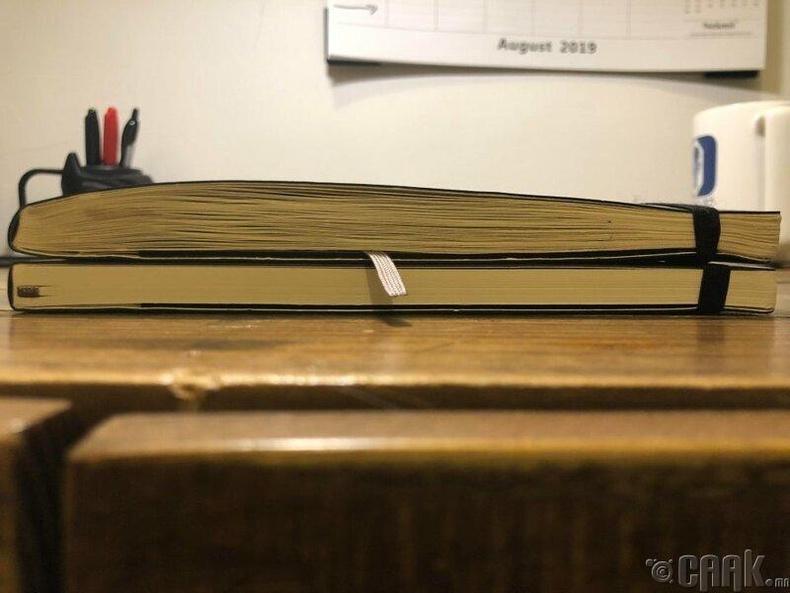 Хуучин тэмдэглэлийн дэвтэр, доор нь шинээр авсан дэвтэр