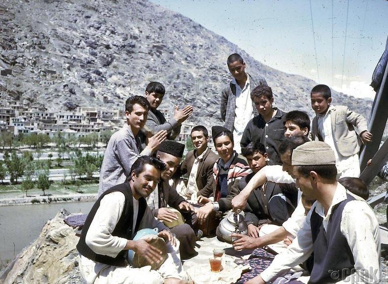 Афганэрчүүд салхинд гарч буй нь