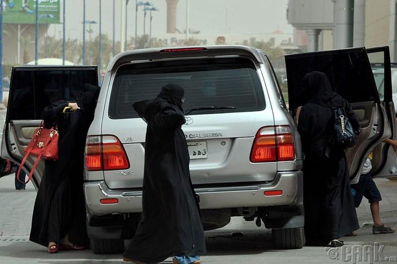 Саудын Арабт эмэгтэй хүн машин барьж болдоггүй
