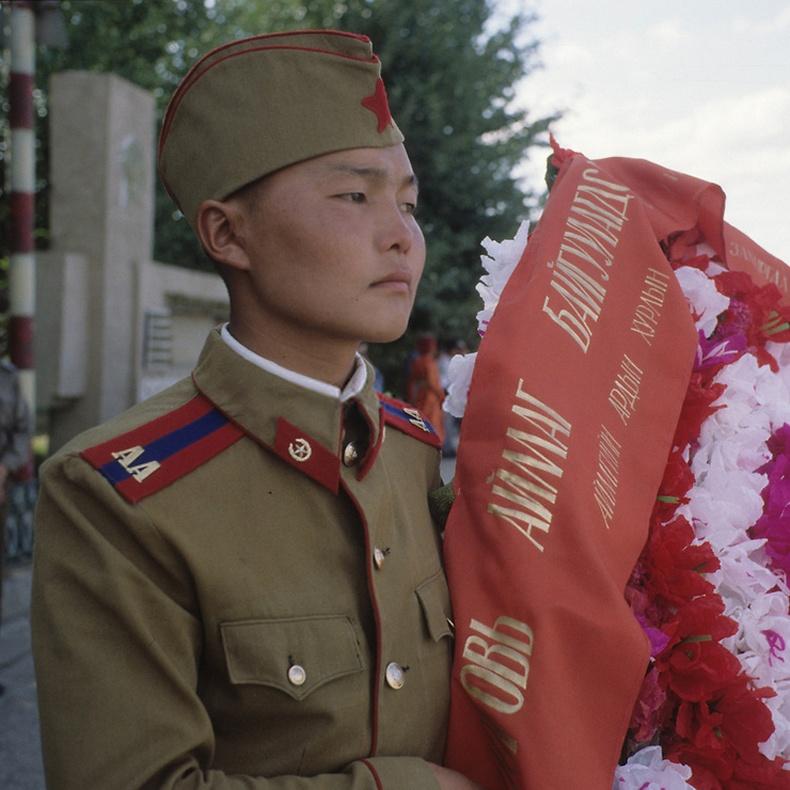 Хүндэтгэлийн цэцэг өргөж буй цэрэг - Улаанбаатар