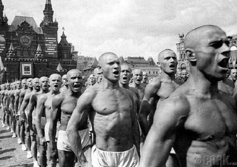 Зөвлөлтийн тамирчид Улаан талбай дээр жагсаж байна