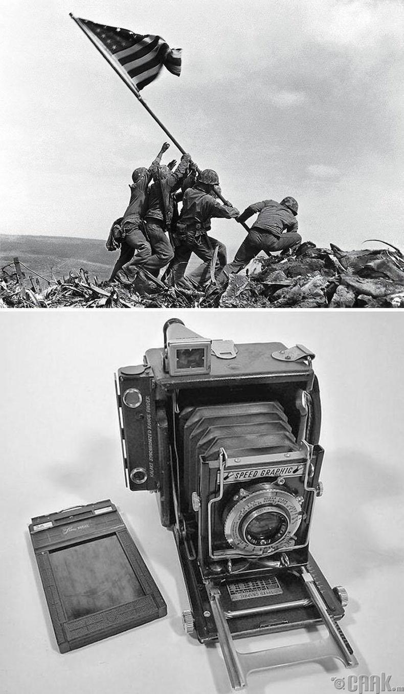 """Иво Жима дээр тугаа мандуулж байгаа нь"", Жо Розенталь, 1945 он. ""Speed Graphic"" камер"