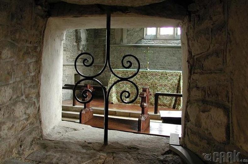 Сүмийн хананд ямар зориулалтаар нүх гаргаж байв?