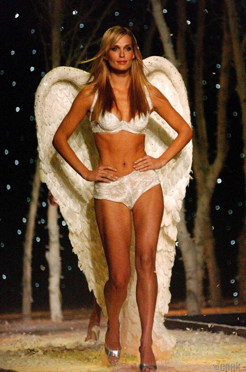 2001 онд Нью Йоркийн Брайант Паркт зохион байгуулагдсан бөгөөд загвар өмсөгч Молли Симс сахиусан тэнгэрийн том далавчтай тайзнаа алхав.